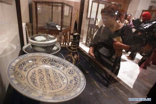 A visitor looks at the exhibited archaeological objects at the Egyptian Museum in Cairo, Egypt, Oct. 24, 2016. The Egyptian Museum in Cairo exhibited on Monday over 400 archaeological objects local authorities seized before they were smuggled abroad. (Xinhua/Ahmed Gomaa)