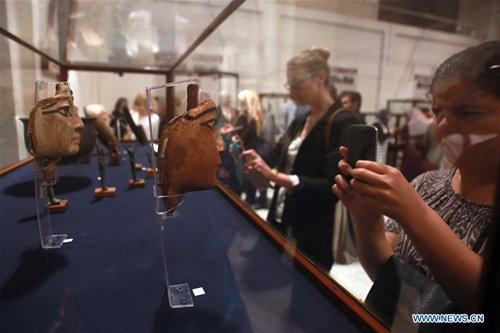 Visitors take photos of the exhibited archaeological objects at the Egyptian Museum in Cairo, Egypt, Oct. 24, 2016. The Egyptian Museum in Cairo exhibited on Monday over 400 archaeological objects local authorities seized before they were smuggled abroad. (Xinhua/Ahmed Gomaa)