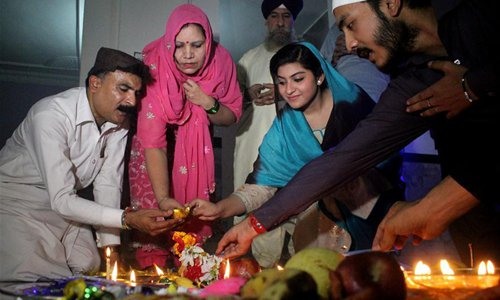 Pakistani Hindus light oil lamp to celebrate Diwali, the Festival of Lights, in northwest Pakistan's Peshawar on October 30, 2016. Photo: Xinhua