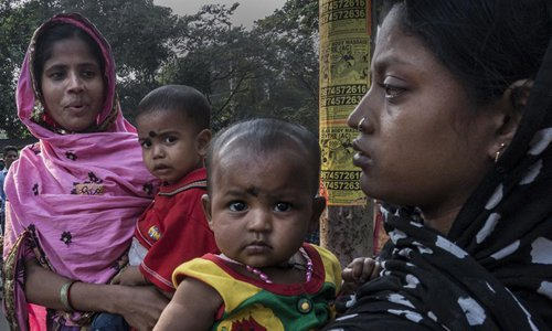 Indian mothers and their childen participate in a protest demanding maternity benefit under the National Food Security Act in Kolkata, capital of eastern Indian state West Bengal, Nov. 22, 2016. India accounts for a high maternal mortality in the world due to poor nutrition, compounded by inadequate care during pregnancy. (Xinhua/Tumpa Mondal)