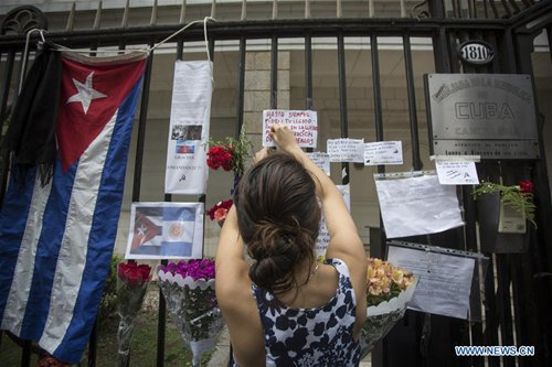 A woman places a note in front of the Cuban Embassy after the death of Cuban revolutionary leader Fidel Castro, in Buenos Aires, Argentina, on Nov. 26, 2016. Aged 90, Castro passed away late Friday night. (Xinhua/Martin Zabala)