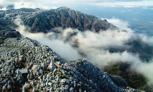 Photo taken on Nov. 24, 2016 shows the striking scenery of frosted greenery and a cloud sea over Mount Lu in Jiujiang, Jiangxi province. As one of the most renowned mountains in China, Mount Lu is known for its grandeur, steep grade and beauty. It is part of Lushan National Park, a UNESCO World Heritage Site since 1996. (Xinhua/Miao Hua)