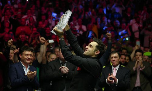 Ronnie O'Sullivan of England celebrates with the trophy after the final match with Joe Perry of England at Snooker Masters 2017 at the Alexandra Palace in London, Britain on Jan. 22, 2017. Ronnie O'Sullivan claimed the title by winning 10-7. Photo:Xinhua