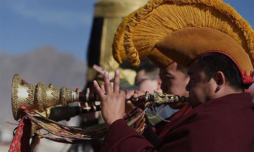 Devotees perform religious ceremony in Lhasa