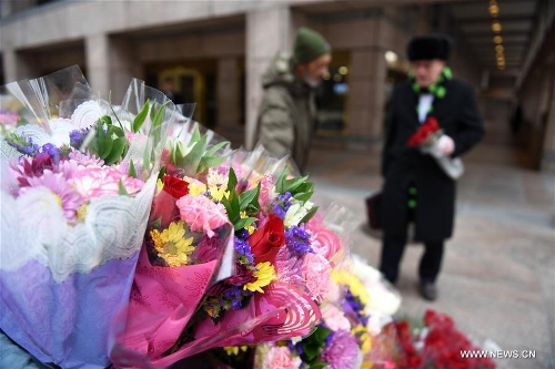 A man buys flowers for Valentine's Day in Washington D.C., the United States, Feb. 14, 2017. (Xinhua/Yin Bogu)