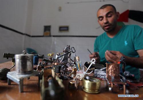 Palestinian artist makes artworks by used gunshots - Global