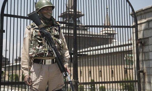 Indian paramilitary troopers stand guard during security lockdown in Srinagar, Indian-controlled Kashmir - Global Times
