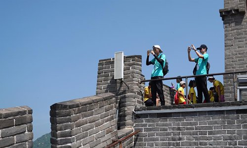 Youngsters from China's Hong Kong visit Great Wall in