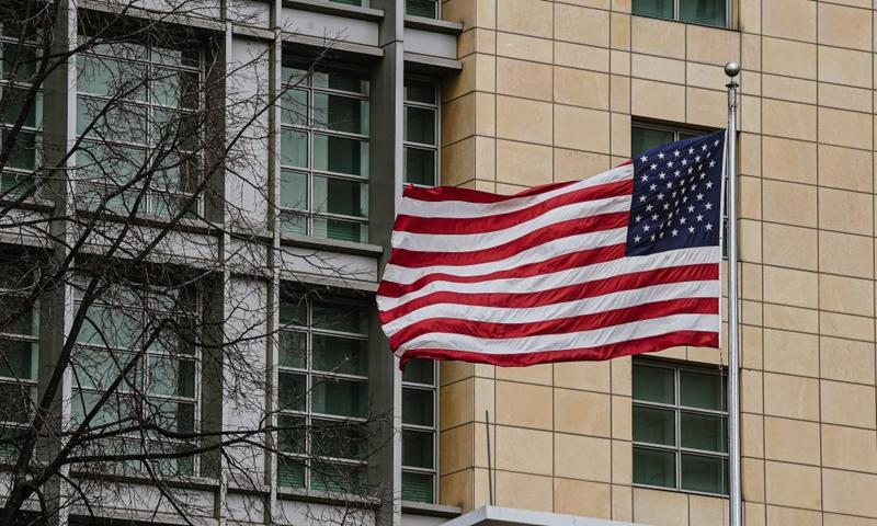Флаг США развевается в Посольстве США в Москве, Россия, 16 апреля 2021 года.  Россия высылает 10 послов США в ответ на это, заявил в пятницу министр иностранных дел Сергей Лавров.  Фото: Синьхуа