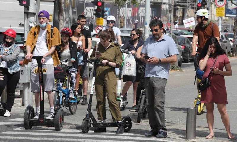 People wait to cross a road in Tel Aviv, Israel, on April 18, 2021.(Photo: Xinhua)