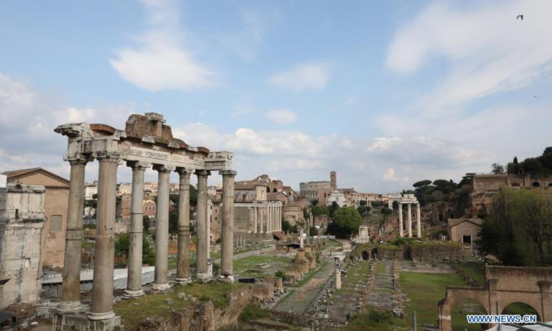 La foto scattata il 21 aprile 2021 mostra il Foro Romano a Roma, Italia.  La città di Roma ha festeggiato il suo compleanno mercoledì con una serie di eventi della durata di un giorno, ma a causa del blocco del coronavirus in corso, le celebrazioni sono state attutite.  (Foto: Xinhua)