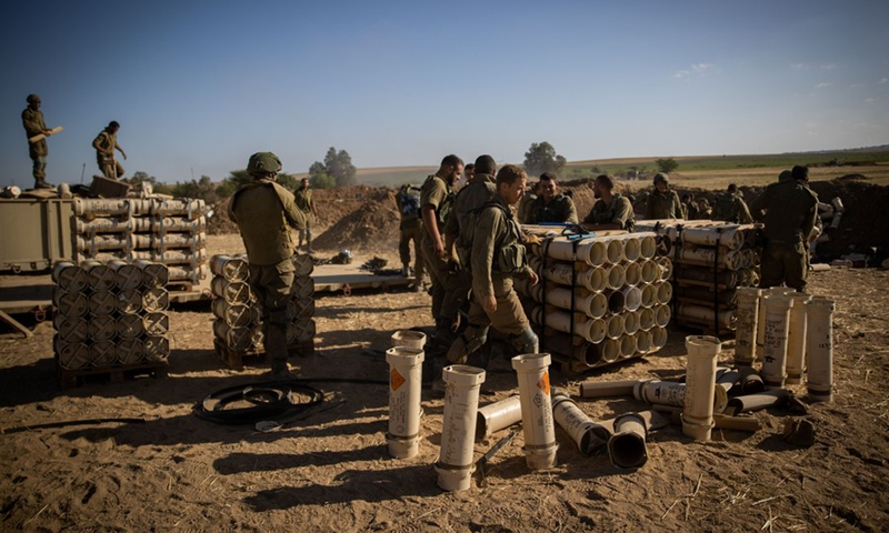 Israeli soldiers prepare artillery shells before launching attacks on Gaza Strip, at a position near southern Israeli city of Sderot, on May 17, 2021.(Photo:Xinhua)