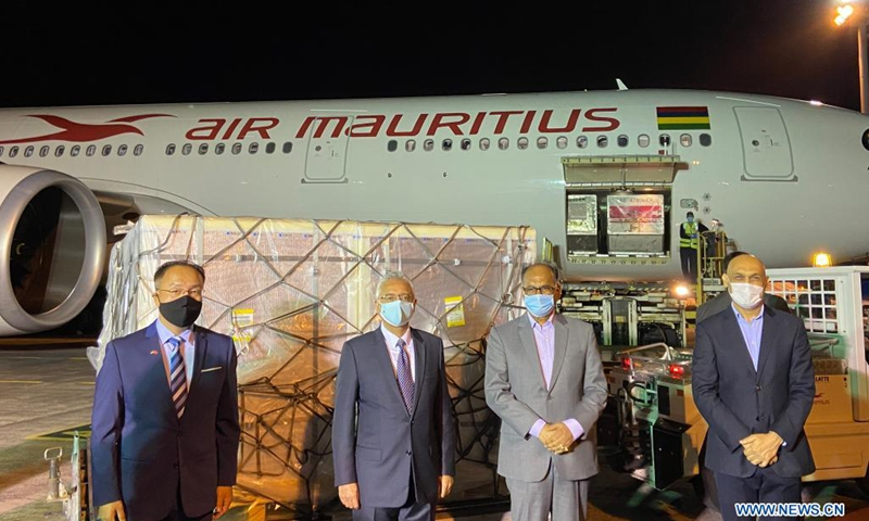 Mauritian Prime Minister Pravind Jugnauth (2nd L), Mauritian Minister of Foreign Affairs Alan Ganoo (2nd R), Minister of Health and Wellness Kailesh Jagutpal (1st R) and Charge d'Affaires ad interim of the Chinese Embassy in Mauritius Gong Yufeng (1st L) attend a welcoming ceremony at Sir Seewoosagur Ramgoolam international airport in Mauritius, May 20, 2021. A new batch of China's Sinopharm COVID-19 vaccines arrived in Mauritius on Thursday evening to help the island country fight the pandemic.Photo:Xinhua
