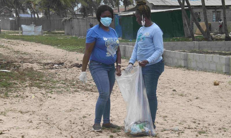 Oyeronke Adegbile (R) cleans the beach in Lagos, Nigeria, April 27, 2021.(Photo: Xinhua)