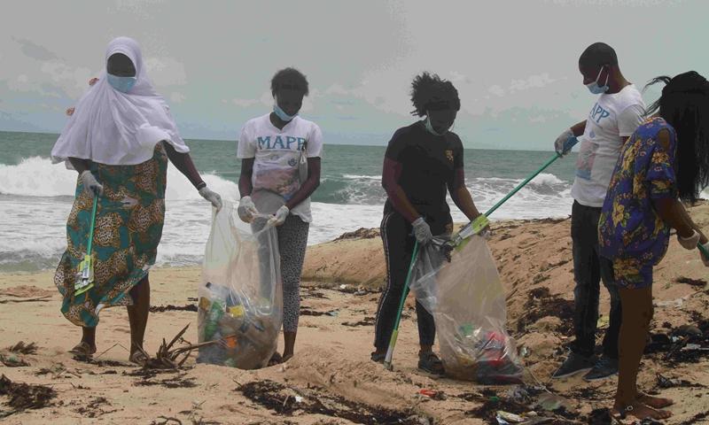 Volunteers clean the beach in Lagos, Nigeria, April 27, 2021.(Photo: Xinhua)