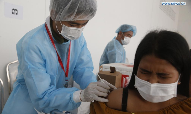 A woman receives China's Sinovac COVID-19 vaccine at a vaccination site in Phnom Penh, Cambodia on June 1, 2021.(Photo: Xinhua)