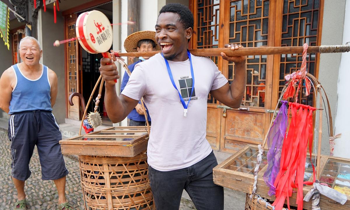 Ayobo Tewel (26), ovplyvňovateľ sociálnych médií z Tanzánie, skúša tradičnú propagáciu v Yiwu vo východočínskej provincii Zhejiang.  Foto: Chen Chia / GT
