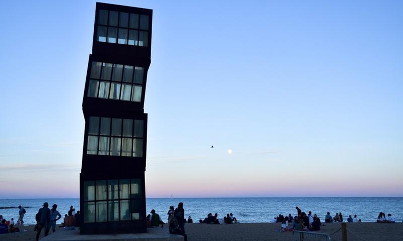 La gente se divierte en una playa de Barcelona, España, el 23 de junio de 2021 (Foto: Xinhua)