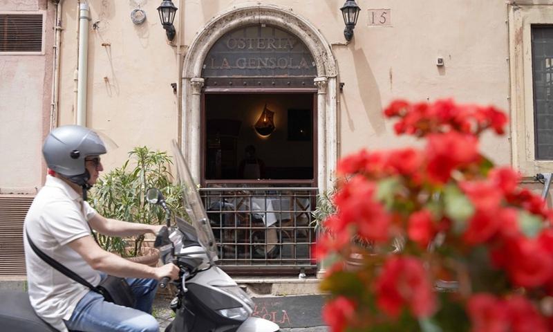 Il 21 giugno 2021, un motociclista attraversa il ristorante Austria La Gonzola a Roma, in Italia.  (Foto: Xinhua)