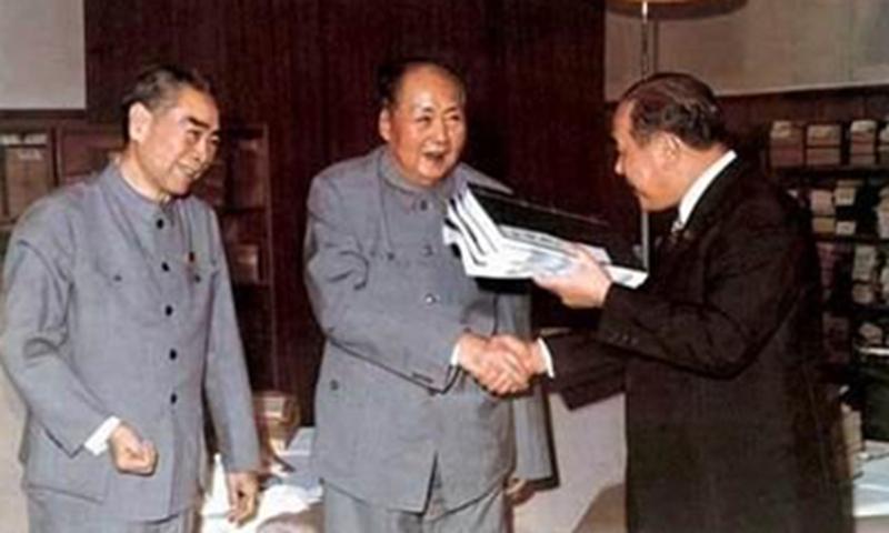 Tanaka Kakuei receiving the gift books from Mao Zedong