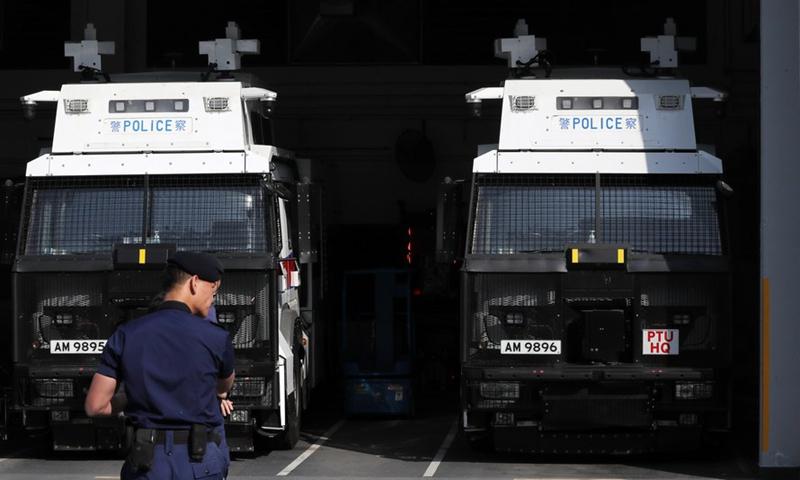 2021 年 2 月 4 日拍摄的照片显示了中国南部香港一个战术警察部队总部的警车。