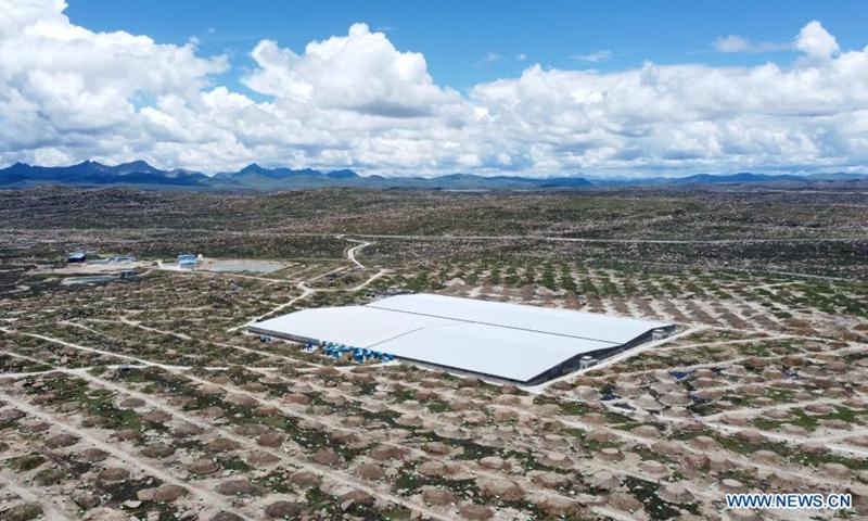 El laboratorio de duchas de aire a gran altitud más grande de China (LHAASO) se filmó el 6 de julio de 2021 en Taosheng, provincia de Sichuan, suroeste de China.  Foto: Xinhua