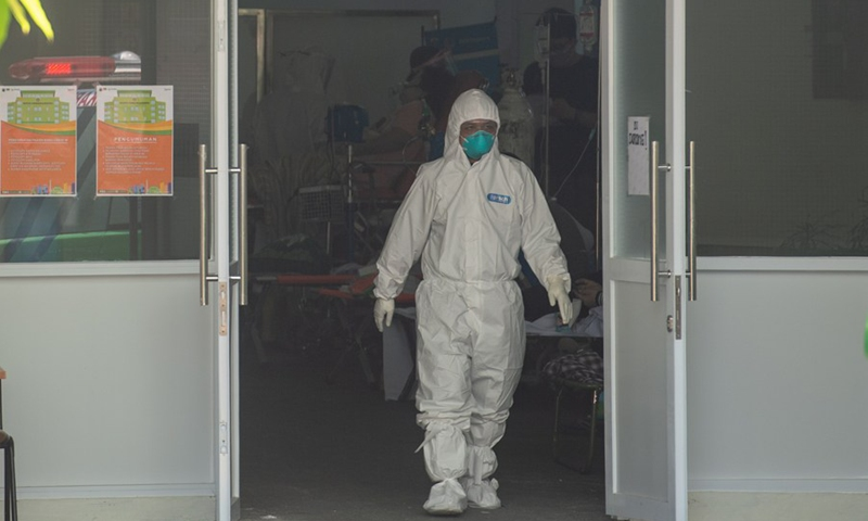9 Juli 2021 Seorang paramedis keluar dari ruang gawat darurat COVID-19 Rumah Sakit Umum Daerah Sengareng di Jakarta, Indonesia.  (Foto: Xinhua)