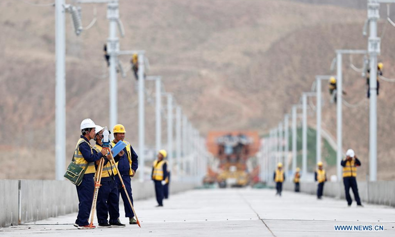 Railway staff members work at the Zhongwei section of the Zhongwei-Lanzhou high-speed rail line, in northwest China's Ningxia Hui Autonomous Region, July 10, 2021. A major high-speed railway in northwest China has entered a key phase recently, where the construction of overhead contact system has been rolled out.(Photo: Xinhua)