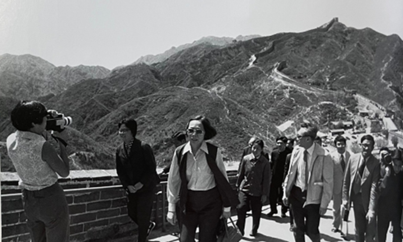Lee Wei Ling (left), Lee Kuan Yew's daughter, recording her father's tour on the Great Wall in China with her movie camera, May 13, 1976