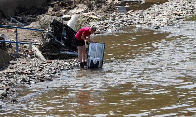 Κάτοικος καθαρίζει έπιπλα στο Πέπινστερ, Βέλγιο, 20 Ιουλίου 2021.  Το Βέλγιο πλήττεται από πλημμύρες και πραγματοποιείται καθαρισμός για να βοηθήσει τις δύσβατες περιοχές να ανακάμψουν από την καταστροφή.  (Φωτογραφία: Xinhua)