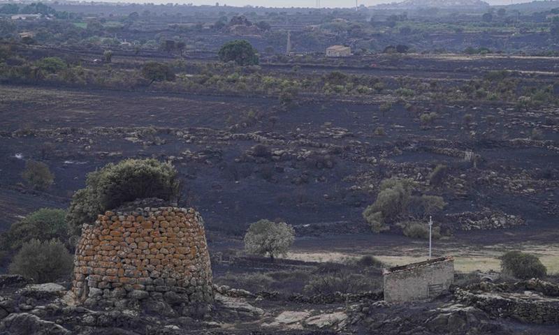 La foto scattata il 26 luglio 2021 mostra l'area bruciata a Oristano, Sardegna, Italia.  (Foto: Xinhua)