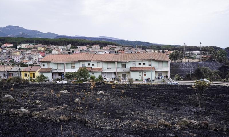Η φωτογραφία που τραβήχτηκε στις 26 Ιουλίου 2021 δείχνει μια καμένη περιοχή στο Οριστάνο της Σαρδηνίας, Ιταλία.  (Φωτογραφία: Xinhua)