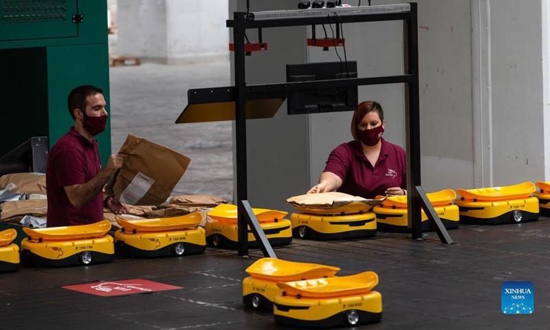 Η Ελλάδα, το βόρειο προάστιο της Αθήνας, στην Ελλάδα, στις 14 Σεπτεμβρίου 2021, εισήγαγε ένα κινεζικό σύστημα ρομπότ για την παραγγελία ταχυδρομικών αντικειμένων. Στόχος της βελτίωσης.  (Φωτογραφία: Xinhua)