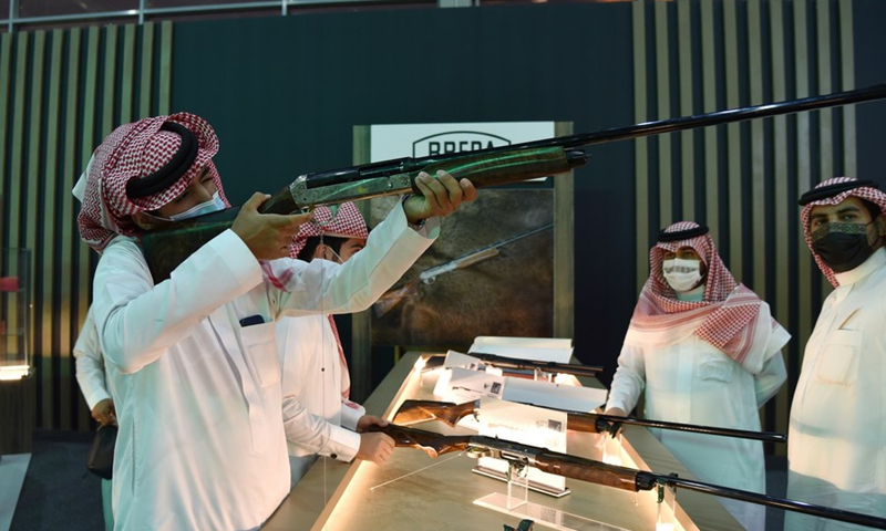 Photo taken on October 5, 2021 shows a visitor to Saudi Arabia handling a shotgun for trying at the hunting exhibition, at the headquarters of the Saudi Falcon Club in Mulham, north of Riyadh, Saudi Arabia.  (Photo: Xinhua)