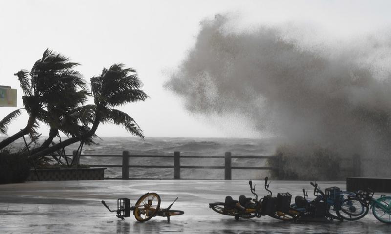 Huge waves lash the shore in Haikou, capital of south China's Hainan Province, Oct. 13, 2021.(Photo: Xinhua)