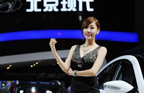 A model poses beside a car by Beijing-Hyundai during the 15th Chengdu Motor Show (CDMS) in Chengdu city, Southwest China's Sichuan Province, August 31, 2012. The CDMS opens to the public from August 31 to September 9, with the participation of a total of 420 exhibitors from home and abroad. Photo: Xinhua