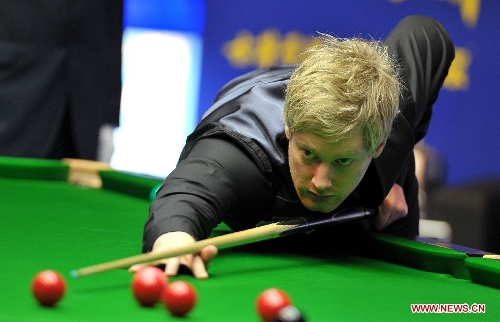 Neil Robertson of Australia competes during the quarter-final against Mark Selby of England at the Haikou World Open snooker tournament in Haikou, capital of south China's Hainan Province, March 1, 2013. Neil Robertson won 5-3. (Xinhua/Guo Cheng)