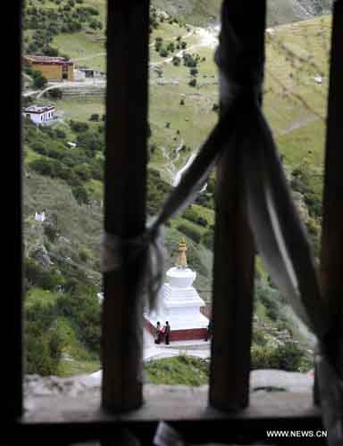 Photo taken through a window shows a stupa of the Dra Yerpa temple built on a hillside in Dagze county of Southwest China's Tibet Autonomous Region, on September 9, 2012. The temple is notable for its meditation cave connected with Songtsen Gampo, the 7th century Tibetan king. Photo: Xinhua