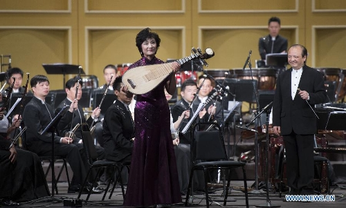 Artist Wu Yuxia plays the Pipa, a Chinese traditional musical instrument, during a Spring Festival celebration concert in Pasadena, Los Angeles, the United States, Feb. 4, 2013. (Xinhua/Yang Lei)