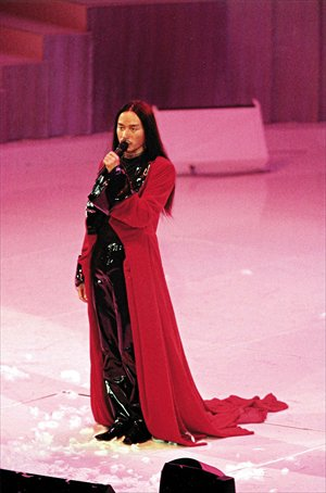 Cheung performs in his last Passion Tour concert in 2000. Photo: CFP
