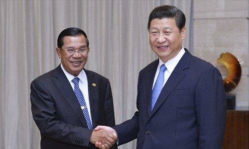 Chinese President Xi Jinping (R) shakes hands with Cambodian Prime Minister Hun Sen during their meeting on the sidelines of Boao Forum for Asia (BFA) Annual Conference 2013 in Boao, south China's Hainan Province, April 7, 2013. Photo: Xinhua