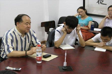 Nobel laureate Mo Yan talks to creative writing students at Fudan University. Photos: Courtesy of Wang Hongtu