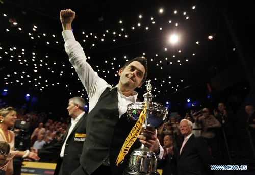 Ronnie O'Sullivan of England celebrates during the awarding ceremony for 2013 World Snooker Championship at the Crucible Theatre in Sheffield, Britain, May 6, 2013. Ronnie O'Sullivan sealed his fifth world title by defeating Barry Hawkins of England with 18-12 in the final. (Xinhua/Wang Lili)