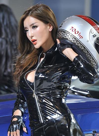 Fancy Diamond Mini Gown Dazes Beijing Auto Show