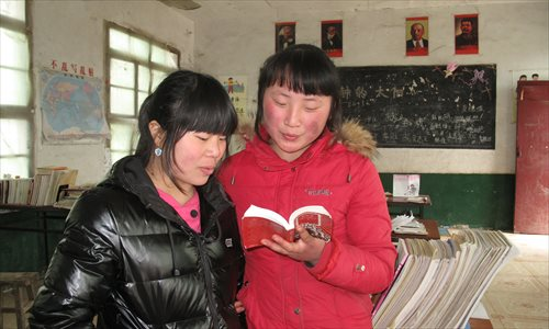 Xia Yuanyuan (right), daughter of Xia Zuhai, and Lin Jia read The Little Red Book. Photo: Liang Chen/GT