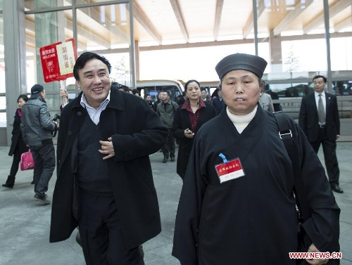 Members of the 12th National Committee of the Chinese People's Political Consultative Conference (CPPCC) from central China's Hunan Province arrive in Beijing, capital of China, March 1, 2013. The first session of the 12th CPPCC National Committee will open on March 3. (Xinhua/Wang Ye)