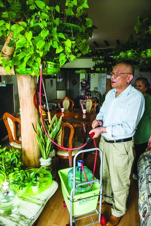 Inventor Lü Kejian shows off his tree-shaped home irrigation system. Photo: Li Hao/GT