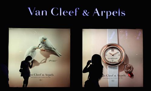 A poster of the Van Cleef & Arpels store in Beijing Photo: CFP