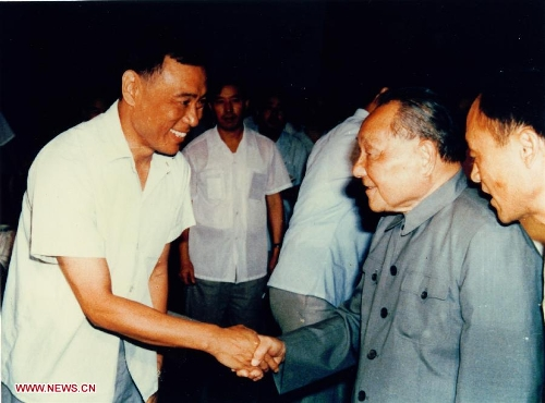 File photo taken in 1987 shows Wang Xiaomo (L), who was then one of the 14 young and middle-aged experts making special contributions to the country, shaking hands with late Chinese leader Deng Xiaoping (2nd R) in Beidaihe, north China's Hebei Province. Radar engineer Wang Xiaomo won China's top science award on Friday. Wang, 74, is a Chinese Academy of Engineering (CAE) member who has been engaged in the research and design of radar for the past 30 years. He is regarded as