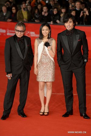 Japanese director Takashi Miike (L), actors Hideaki Ito (R) and Erina Mizuno pose on the red carpet of the 7th Rome Film Festival in Rome, Italy, Nov. 9, 2012. The 7th Rome Film Festival opened here late Friday. Photo: Xinhua